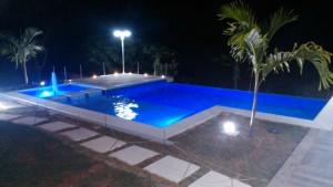 Construção de piscinas em Itaipava: piscina com ponte de acesso ao deck